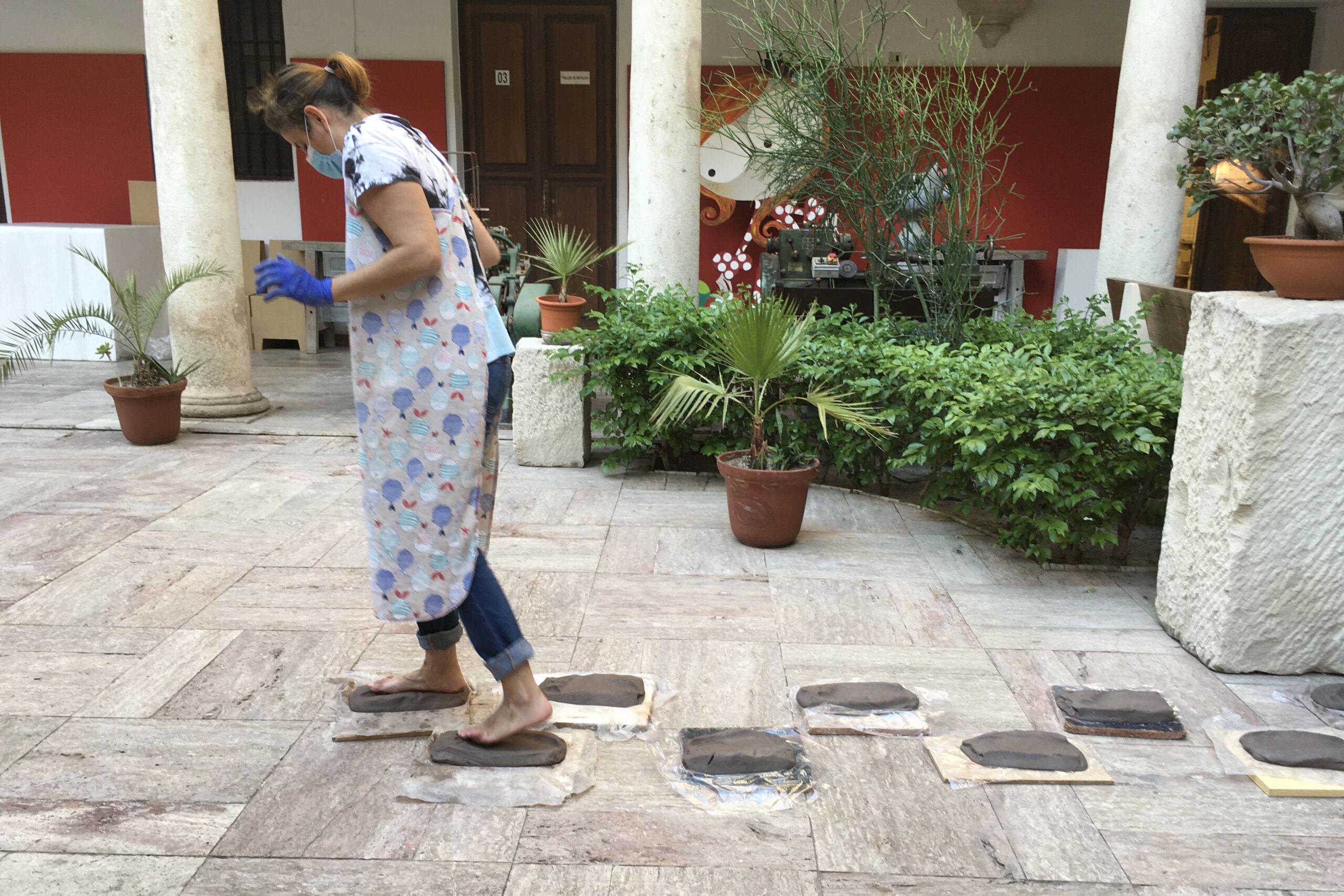 Belén Besga andando descalza por baldosas de cerámica