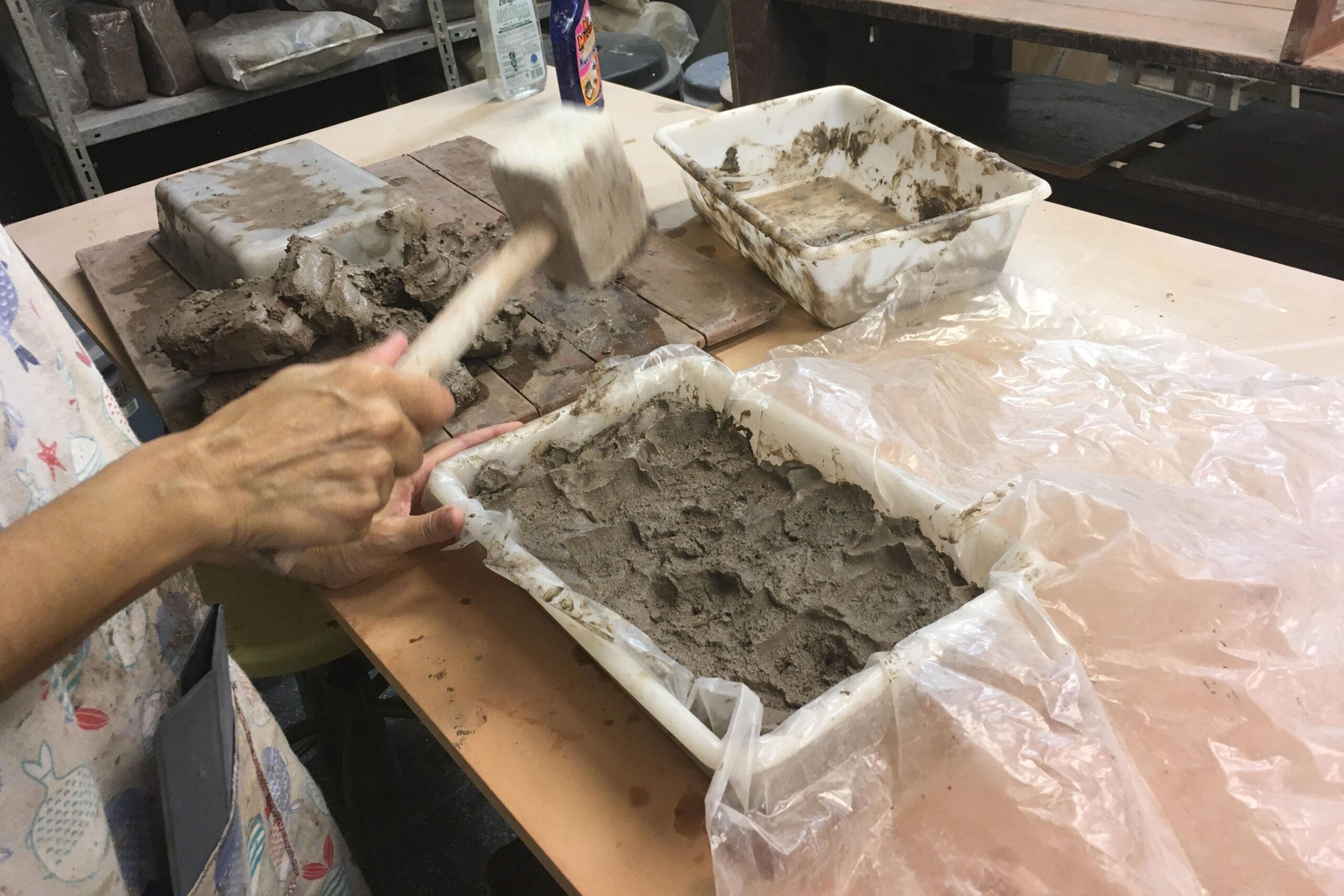 Belén Besga trabajando en el taller de cerámica